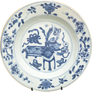 18th c Kangxi-Yongzheng blue and white Plate depicting Precious objects (Baboa) around a ...