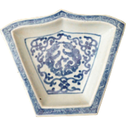 18th c Kangxi - Yongzheng shaped Blue and White Dish with two conjoined archaistic Dragons