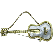 Guitar pin Mandel Gold tone MOP