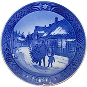 "ROYAL COPENHAGEN 1980 Christmas Plate ""Bringing Home the Christmas Tree"" Design"