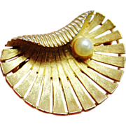REDUCED VINTAGE brooch signed Boucher 8370 Gold tone clam shell with a Pearl