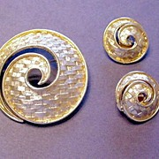 Beautifully Textured Gold Tone Basket Weave Pin and Earrings