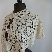 Pretty 19th C. Large hand made ecru linen lace ladies collar : Chateau provenance