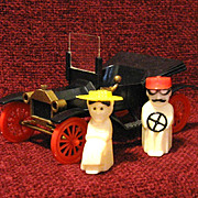 Salt & Pepper Driving a Model T Ford, 1950s USA Plastic, Book Piece!