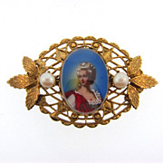 Nice decorative picture brooch of a Victorian woman under glass with imitation pearls
