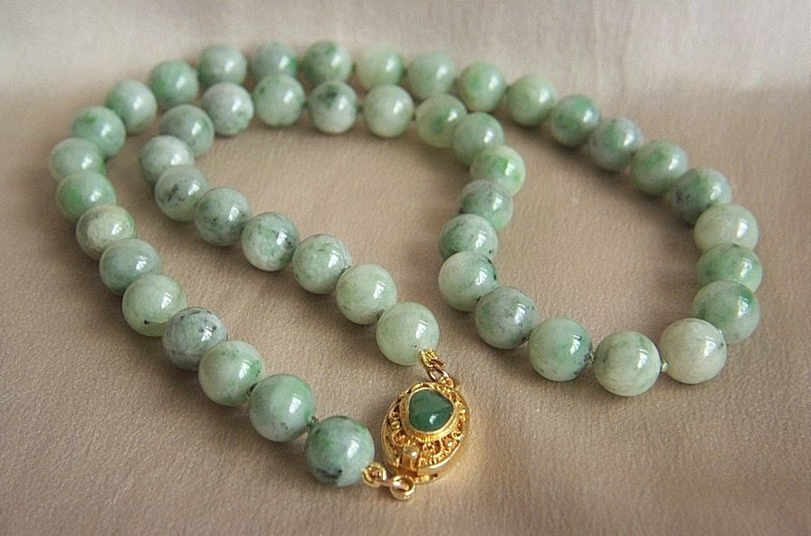 A Beautiful Vintage Jadeite Jade Bead Necklace 18 1 4